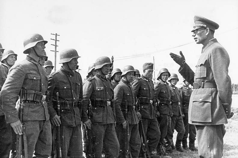 Bundesarchiv_Bild_183-N0301-503,_General_Wlassow_mit_Soldaten_der_ROA